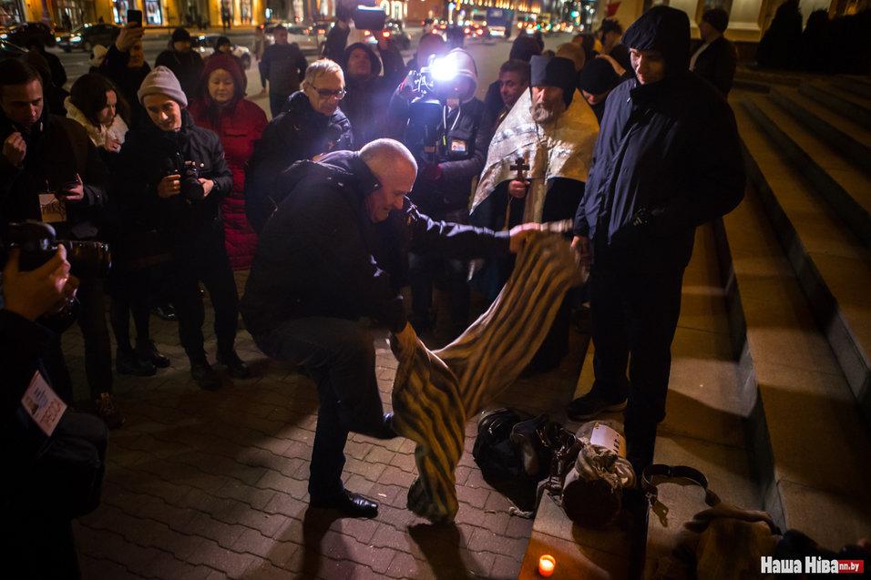 Николай Статкевич с соратниками устраивает Цепь памяти у здания КГБ